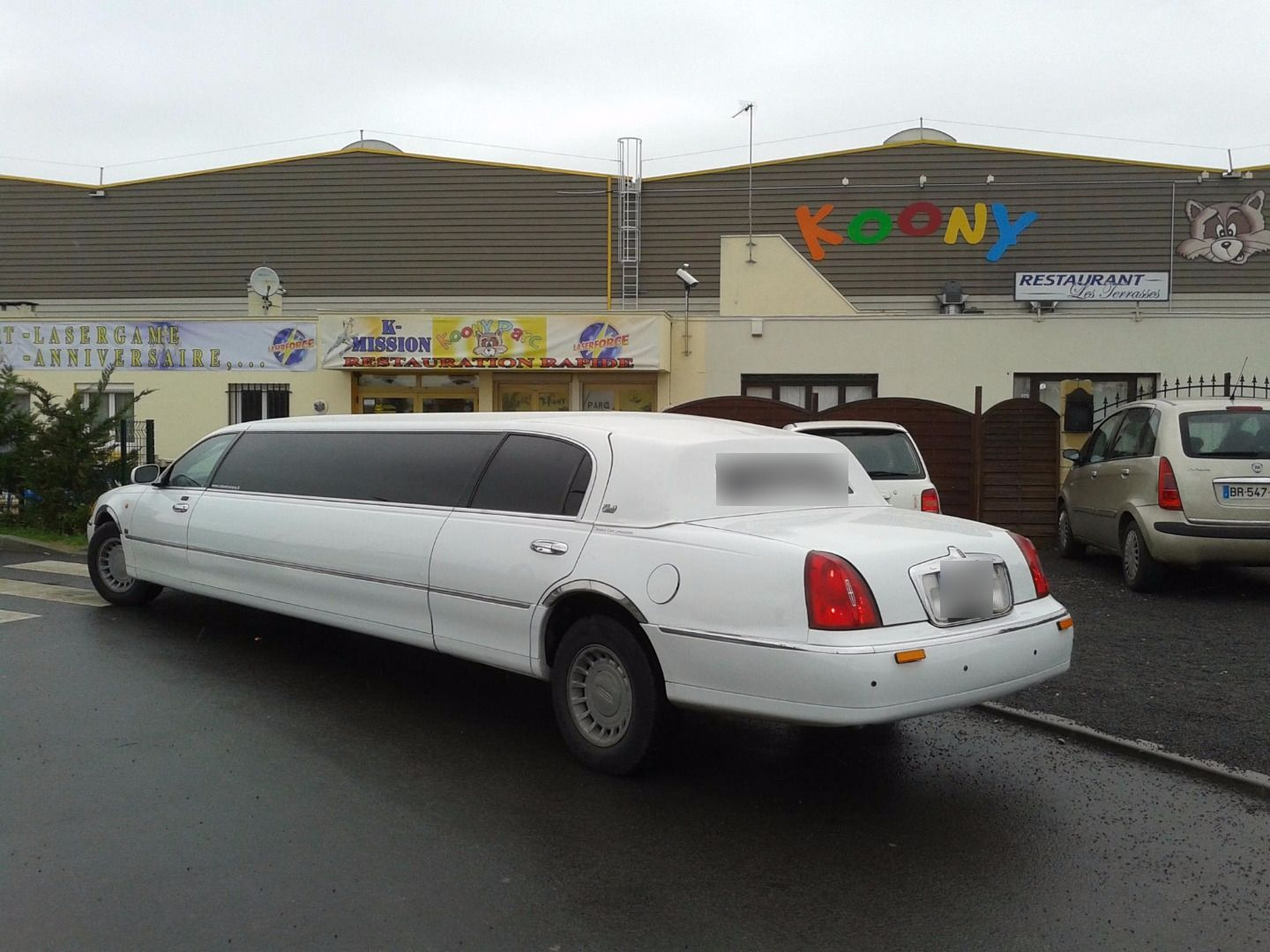 Limo In Draveil Rent A American Limousine To Visit Paris Versailles Lincoln Town Car Taxi White 2002